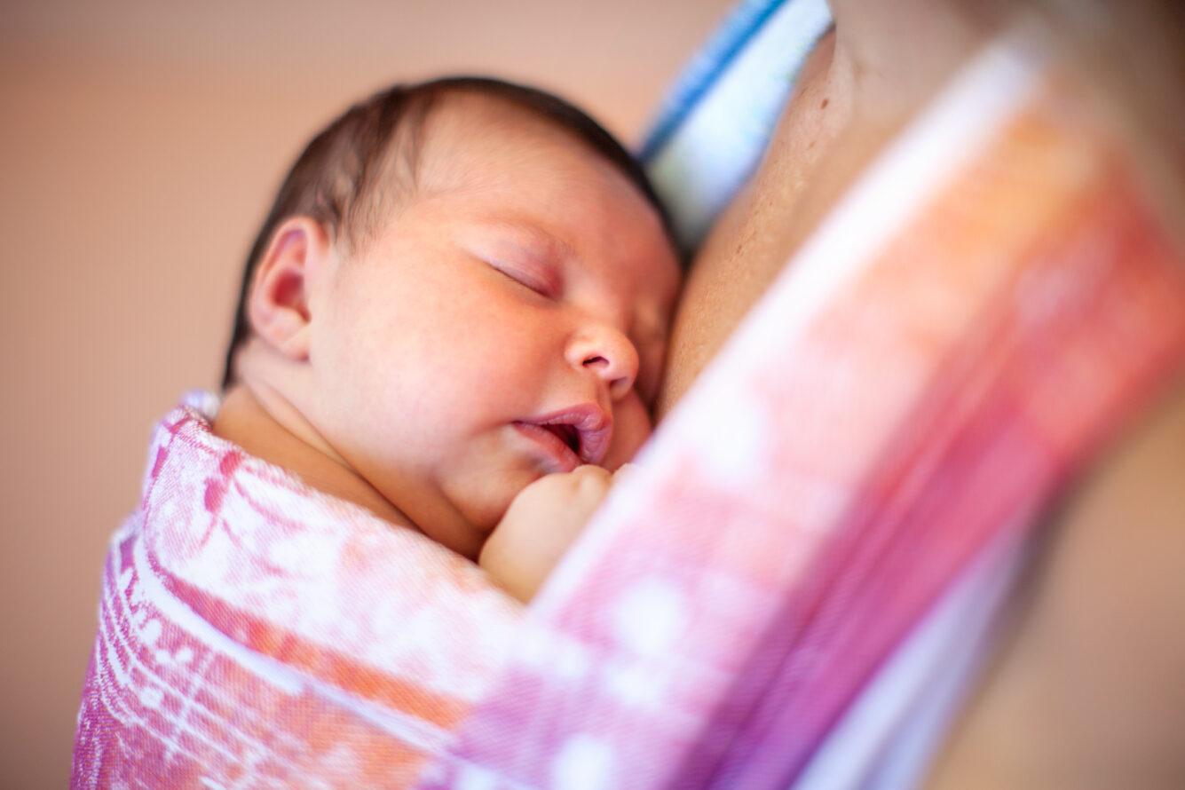fotografo newborn La Spezia portare neonati babywearing